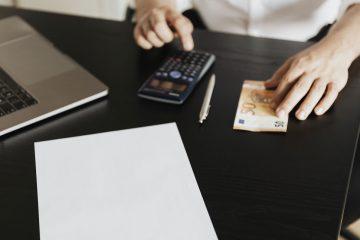 Empleado de oficina realizando las cuentas de una factura