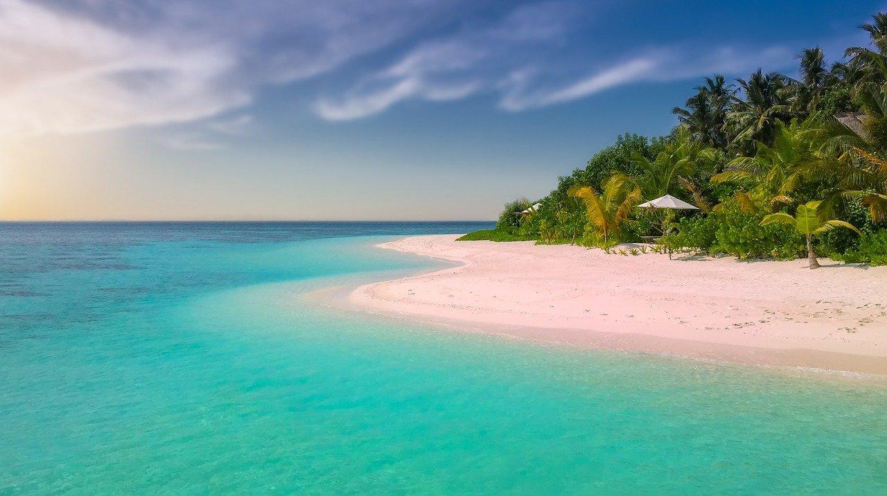 Paraísos fiscales. Isla. Imagen de Walkerssk en Pixabay)